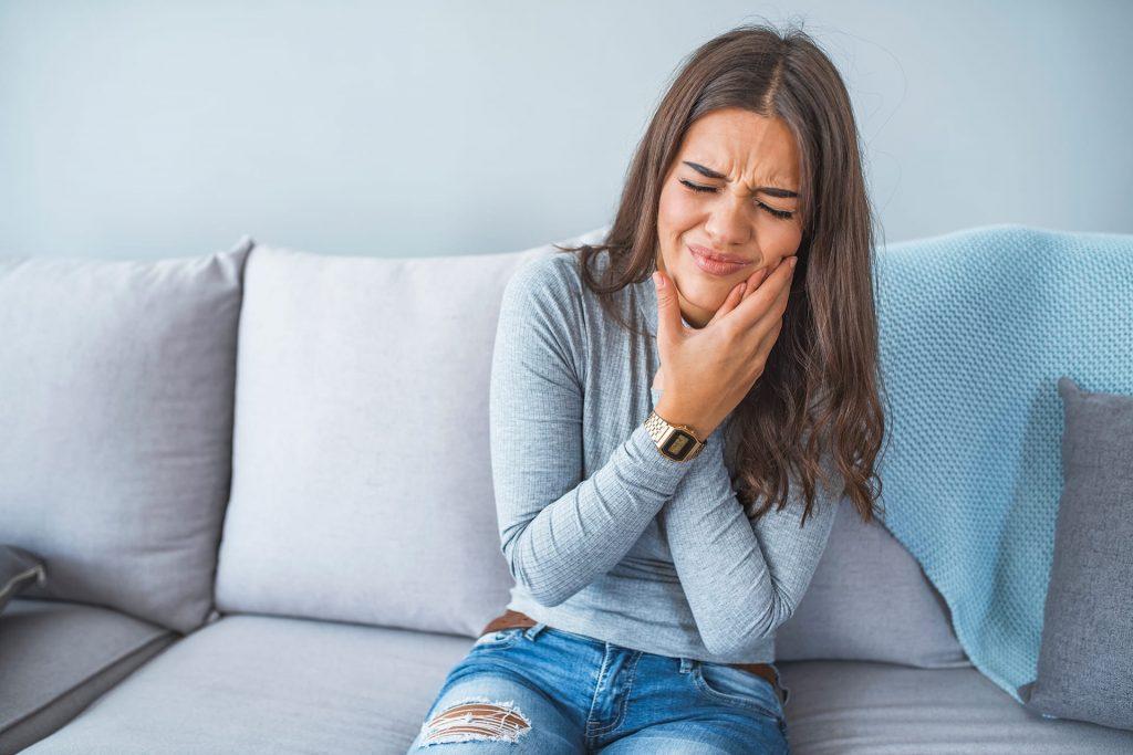 Kłopot krwawiących dziąseł – skąd się bierze i jak sobie z nim radzić?