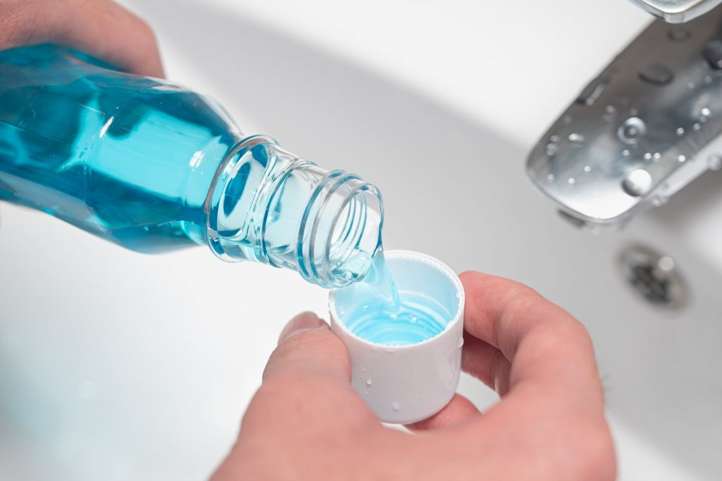 Czy warto korzystać z płynów do płukania ust?