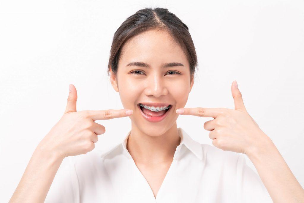 Jak powinna wyglądać higiena jamy ustnej w trakcie noszenia aparatu ortodontycznego?